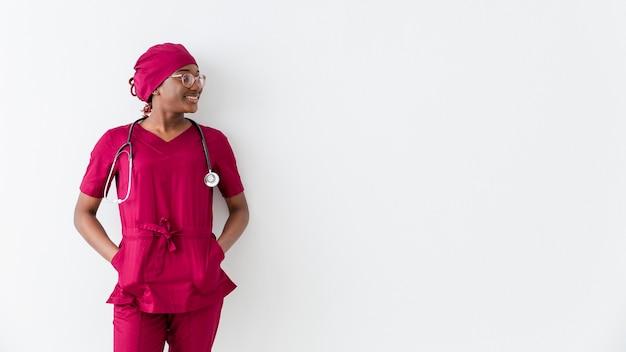 Женщина медик и копия пространства на белом фоне