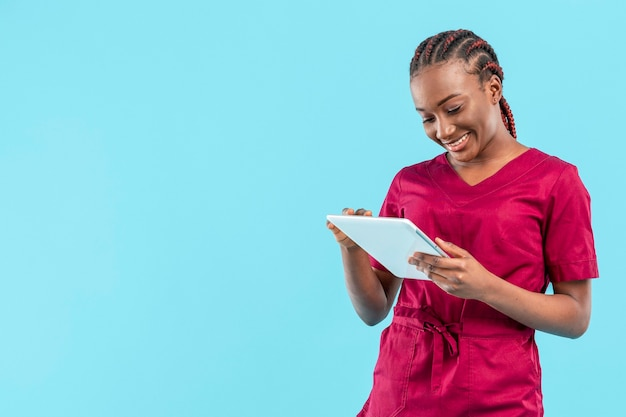 デジタルタブレットを使用して女性の医者