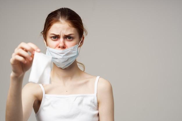 Женщина медицинская маска носовой платок проблемы со здоровьем