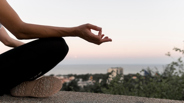 コピースペースで蓮華座で瞑想する女性