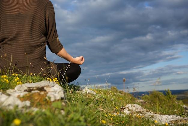 ヨガの位置で瞑想する女性