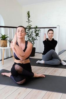 屋内で瞑想する女性