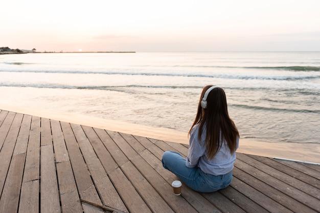 Женщина медитирует на пляже