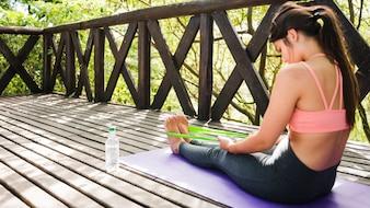 Женщина размышляя outdoors