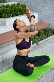 Женщина медитирует во время занятий йогой