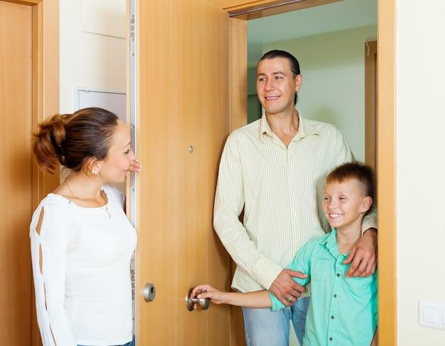 Женщина, встречающая мужа и сына