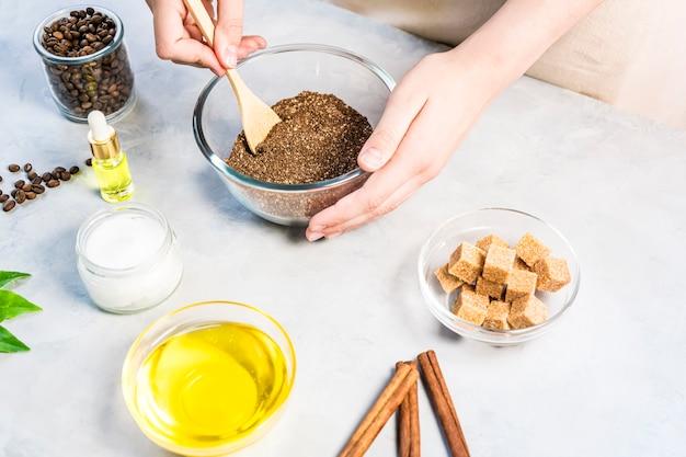 Женщина, смешивающая ингредиенты, готовит кофейный скраб или маску для лечения кожи