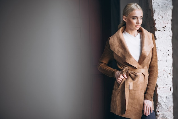布を示す女性モデル