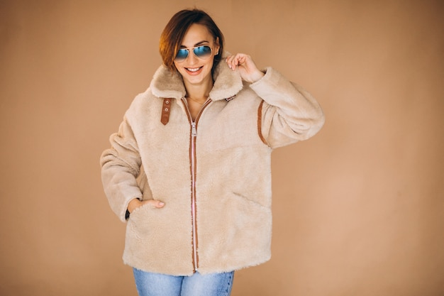 겨울 옷을 보여주는 여자 모델