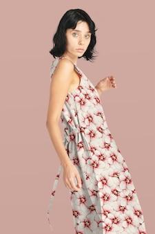 꽃 긴 드레스 의류에서 포즈를 취하는 여자 모델
