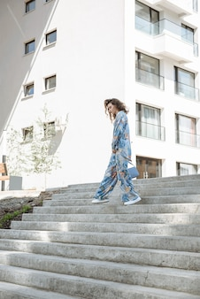 단계를 만드는 옷의 새로운 컬렉션에서 포즈를 취하는 여성 모델 프리미엄 사진