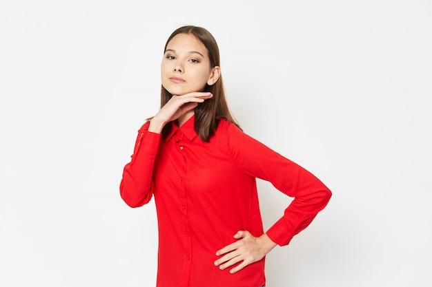 カラフルな服でカラフルなポーズの女性モデル