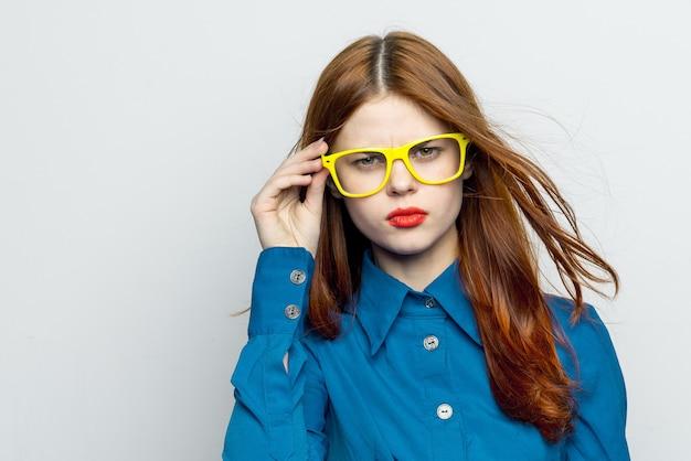 明るい背景、感情、モックアップにメガネでポーズ女性モデル