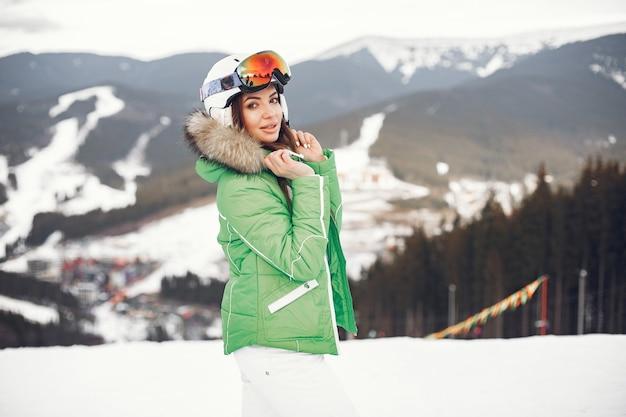 Donna in montagna in giornata invernale. signora in uniforme da sci.