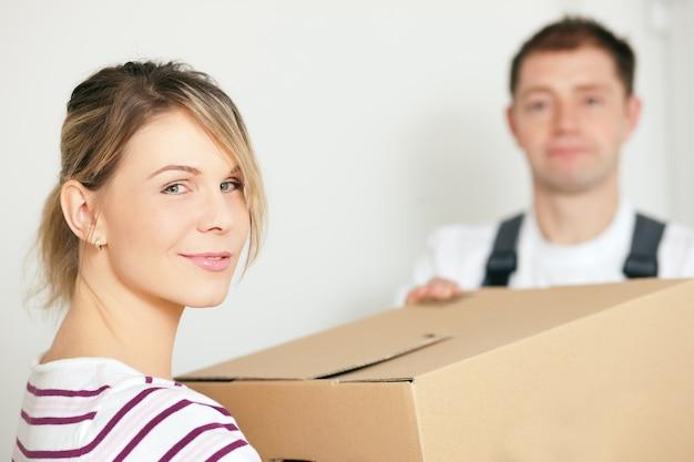 Женщина переезжает в свой новый дом
