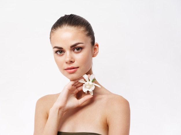 여자 벌거 벗은 어깨 흰 꽃 손 장식 고립 된 배경