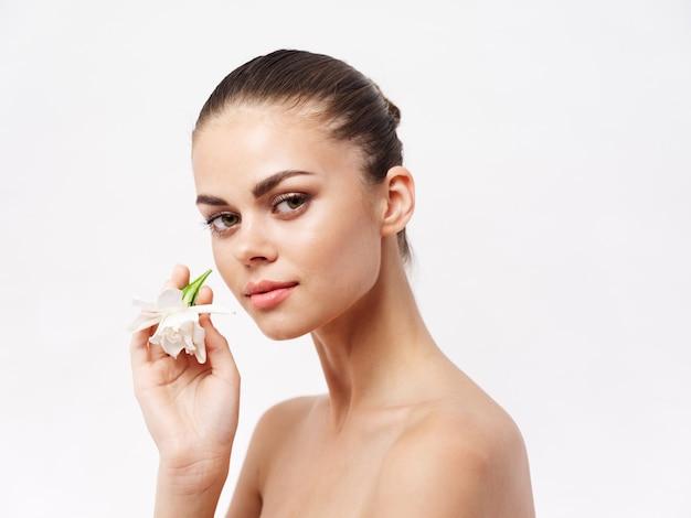 얼굴 럭셔리 밝은 배경 근처 여자 벗은 어깨 흰 꽃