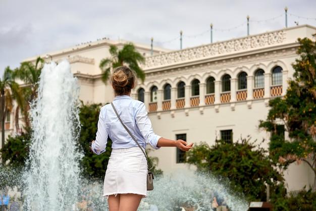 暑い日に噴水の近くの女性