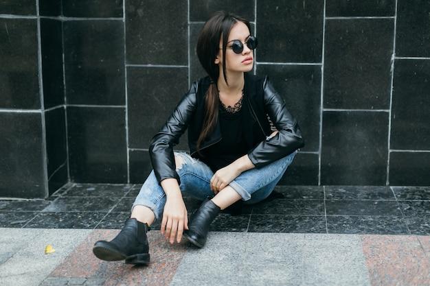 Женщина возле черной стены, глядя в сторону