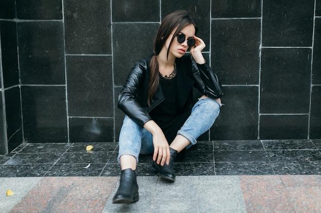 Женщина возле черной стены, касаясь ее лба
