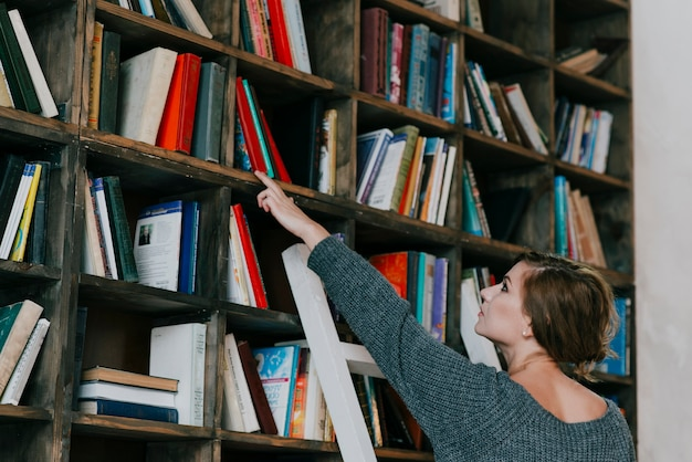女性、本棚の近く