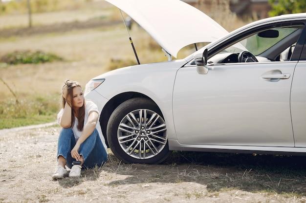 Женщина возле разбитой машины зовет на помощь