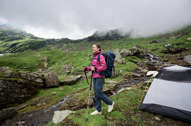 彼女のテントの近くの女性