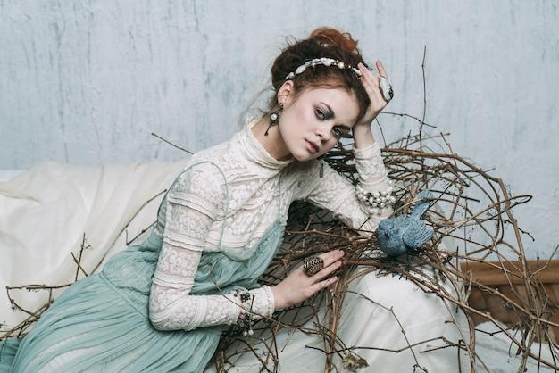 Женщина возле гнезда с птицей в комнате фоновое изображение лесная ведьма
