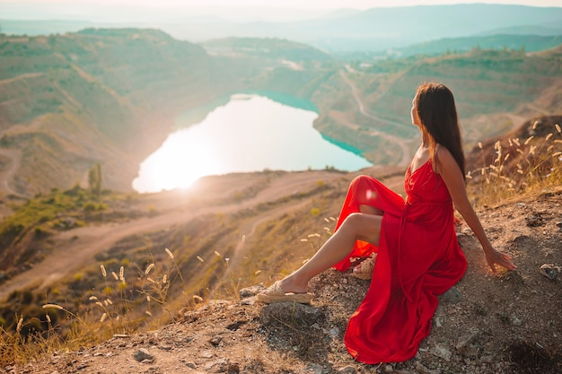 Женщина у озера любит сердце. концепция отпуска. красивый пейзаж
