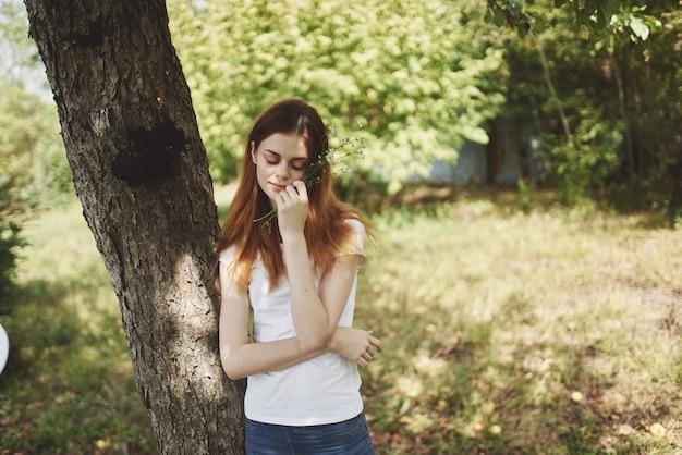 木の自然の近くの女性ライフスタイルの夏。高品質の写真 Premium写真