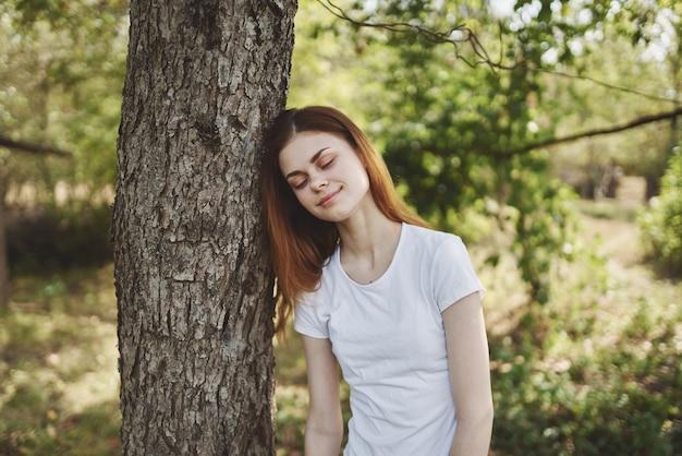 木の近くの女性自然ライフスタイル夏