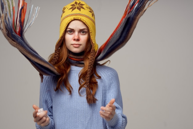 머리 빛 배경에 모자와 함께 아름 다운 여자 목 스카프. 고품질 사진