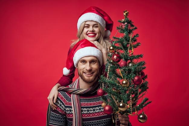 男性の隣の女性家族の肖像画クリスマスツリーの装飾の休日