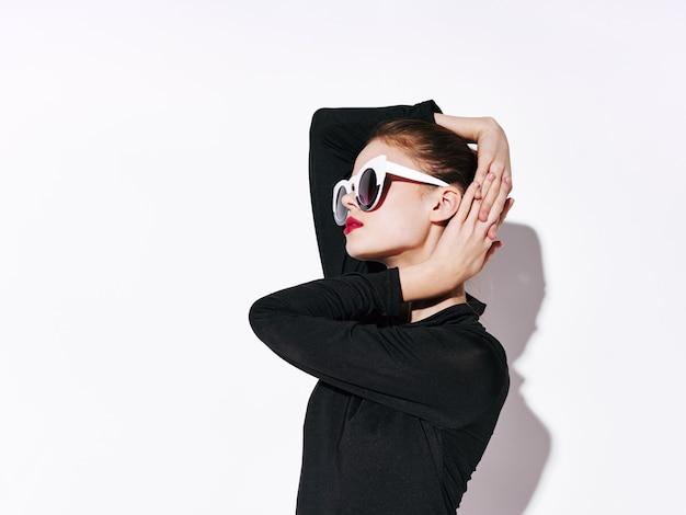 Woman non-standard fashion body lines, unusual glasses