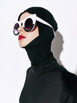 Woman non-standard fashion body lines, unusual glasses