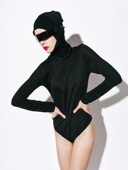 女性の非標準的なファッションのボディライン、珍しいメガネ
