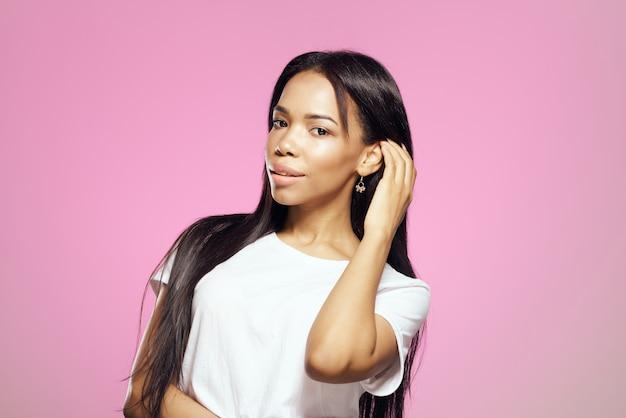 흰색 tshirt 검은 긴 머리 관리 매력에 아프리카 외모의 여자