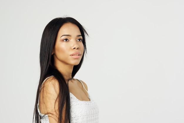 Женщина африканской внешности в белой футболке, косметика, модная роскошь