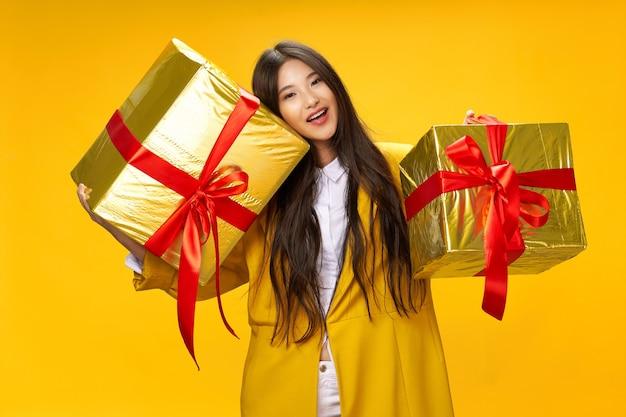 재미있는 생일 기쁨을 손에 들고 아시아 모양의 여자