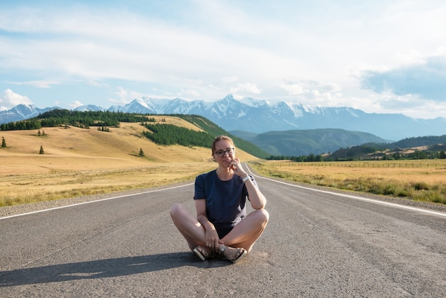 Woman om the chuysky trakt road in the altai mountains one of the most beautiful road in the world