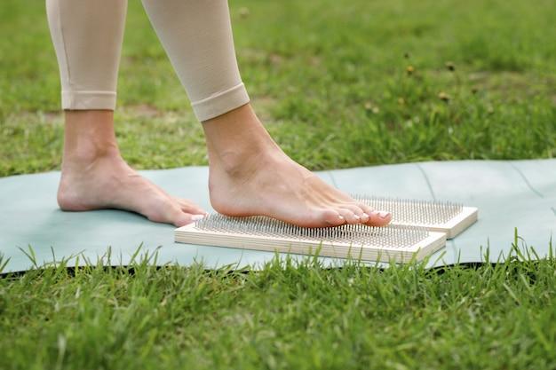 サドゥーボード上の女性がクローズアップを瞑想します