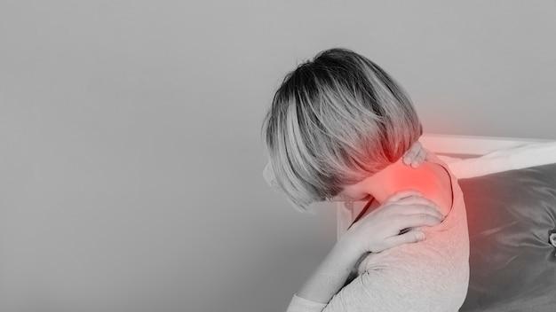 女性、ベッド、痛い、首に触れる