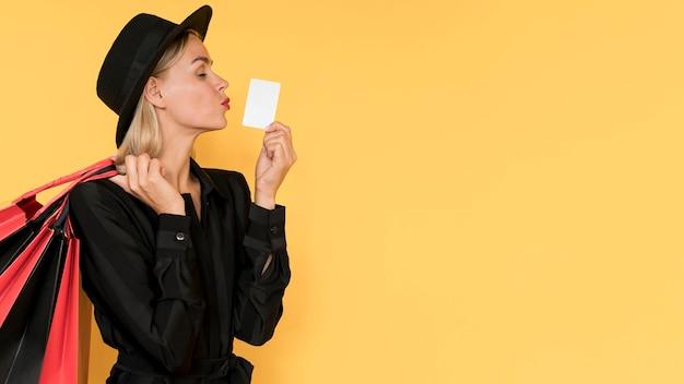 Женщина на распродаже черной пятницы, целуя жест копией пространства