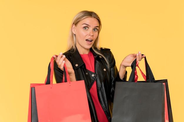 Женщина на распродаже черная пятница удивленное лицо