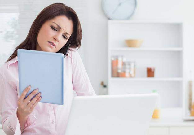 Женщина по вызову при использовании цифрового планшета и ноутбука