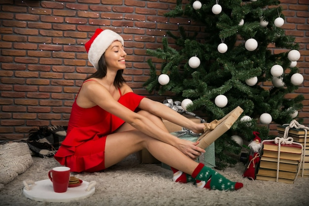 Женщина на рождество с tes и cookies