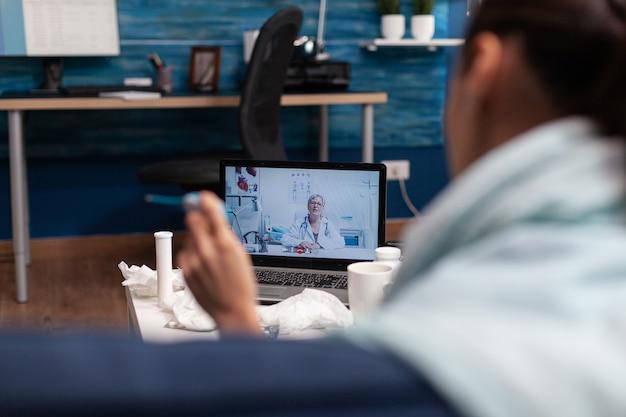 Женщина на консультации веб-камеры компьютера с врачом