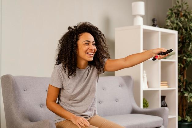 Tv를 보면서 소파에 여자