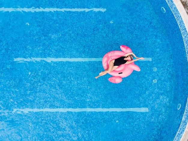 플라밍고 수영장에 있는 여자 수영장에서 플로트, 무인 항공기 공중 보기