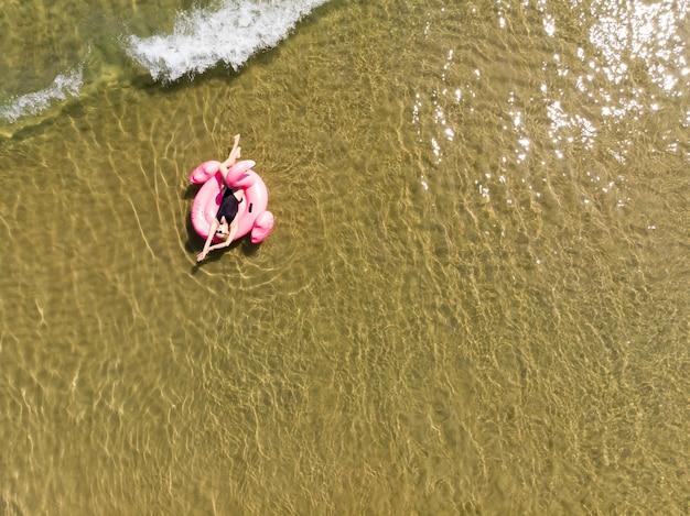 바다에 플라밍고 풀 플로트에 여자, 무인 항공기 공중 보기